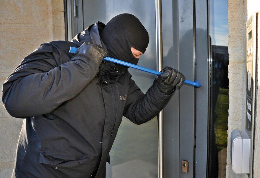 Переквалификация преступления с грабежа на покушение на кражу